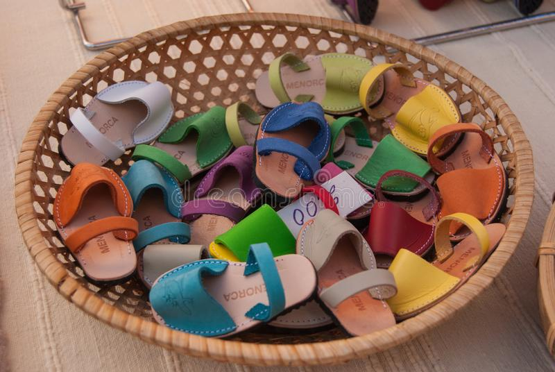 Magneter av typiska Menorcan skor med skriftligt royaltyfri bild