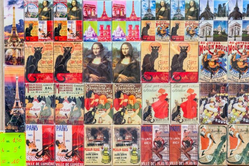 Magneti parigini del ricordo sul contatore del negozio di regalo della via fotografia stock