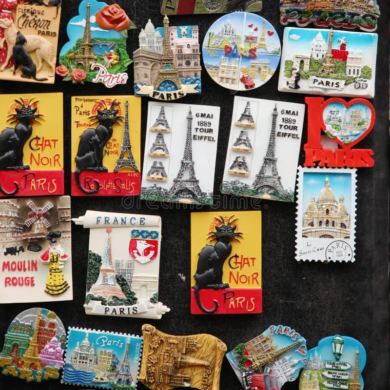 Magneti su una parete da Parigi immagine stock