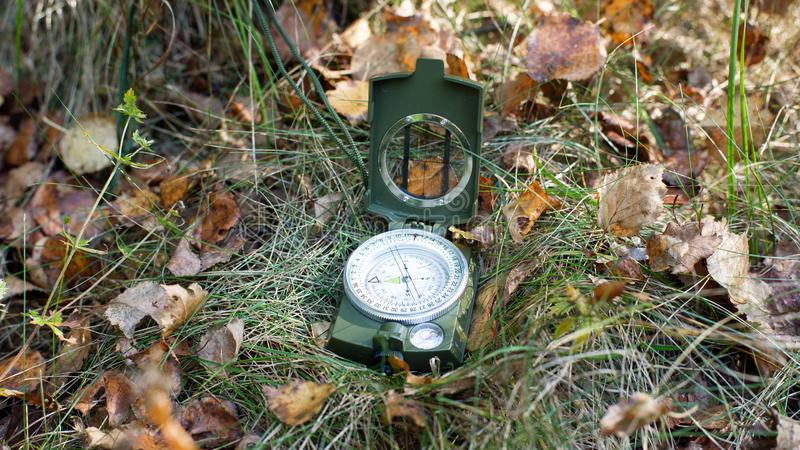 Magnetisch kompas op het gras stock afbeelding