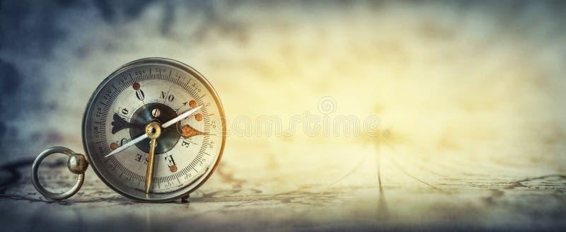 Magnetisk gammal kompass på världskarta Bred bakgrund för lopp-, geografi-, navigering-, turism- och utforskningbegrepp Storen sp royaltyfri bild