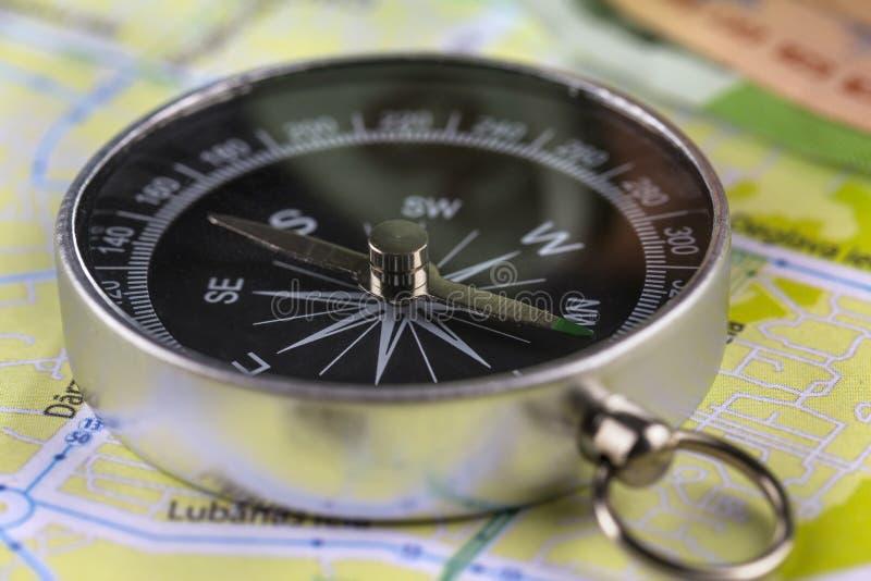 Magnetisk kompass för närbild som ligger på översikten arkivfoton