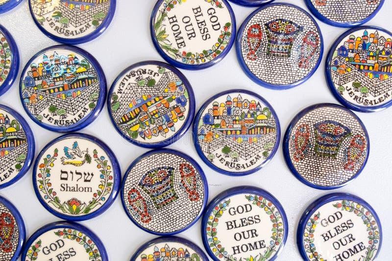 Magnetplättchen mit Frieden 'Shalom 'und anderem Israel-Symbolverkauf bei Carmel Market, Tel Aviv lizenzfreie stockbilder