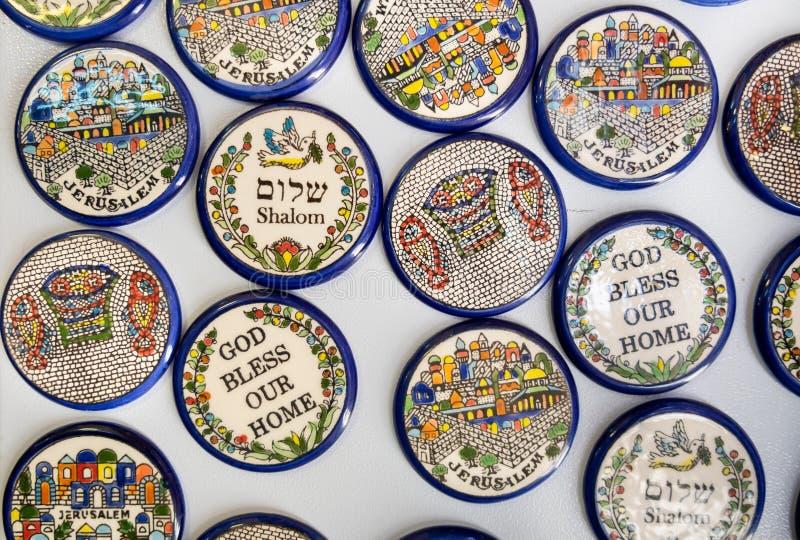 Magnetplättchen mit Frieden 'Shalom 'und anderem Israel-Symbolverkauf bei Carmel Market, Tel Aviv stockfoto