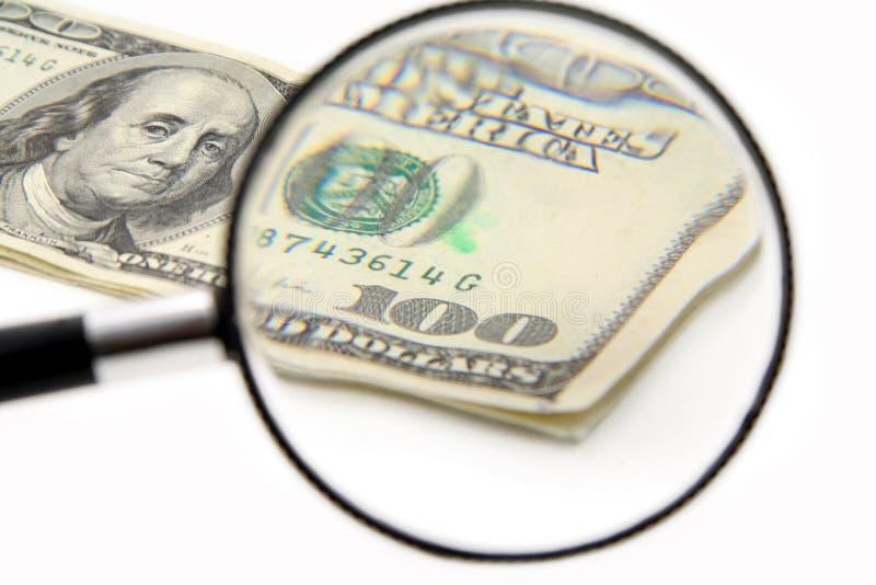 Magnificar 100 dólares imagen de archivo