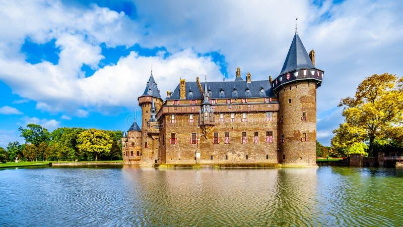 Magnificent Castle De Haar rodeado por una fosa, una reconstrucción del siglo XIV del castillo totalmente en los fin del siglo XI foto de archivo