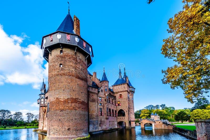 Magnificent Castle De Haar rodeado por una fosa, una reconstrucción del siglo XIV del castillo totalmente en los fin del siglo XI fotografía de archivo
