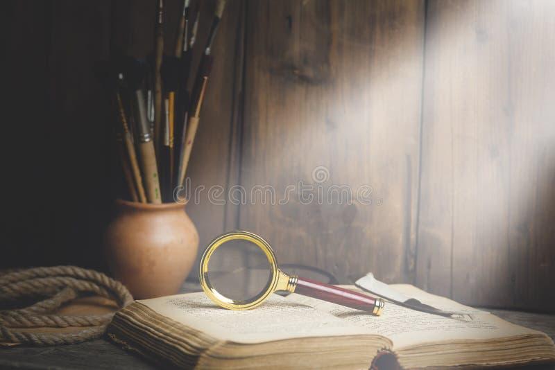 Magnifier στο βιβλίο στοκ εικόνες με δικαίωμα ελεύθερης χρήσης