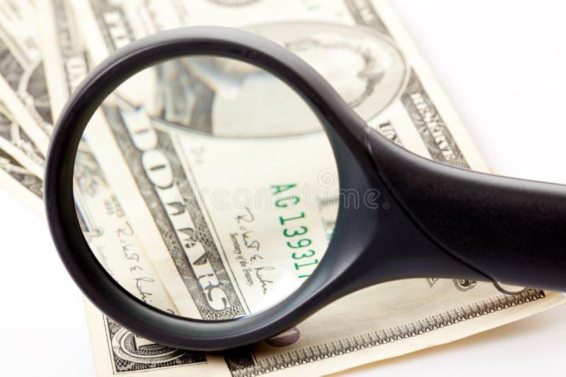 Magnifier e dinheiro imagens de stock