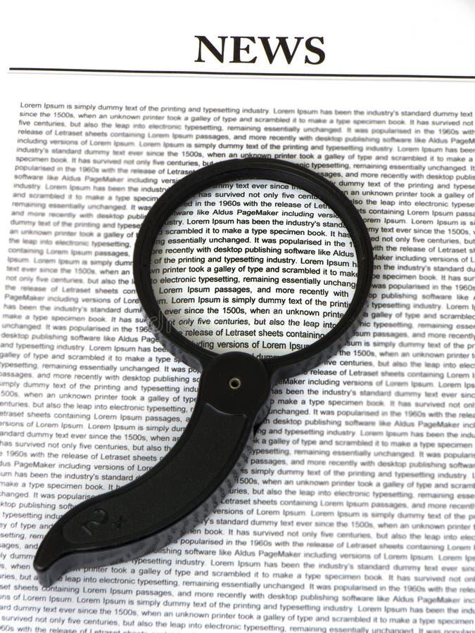 Magnifier na notícia foto de stock