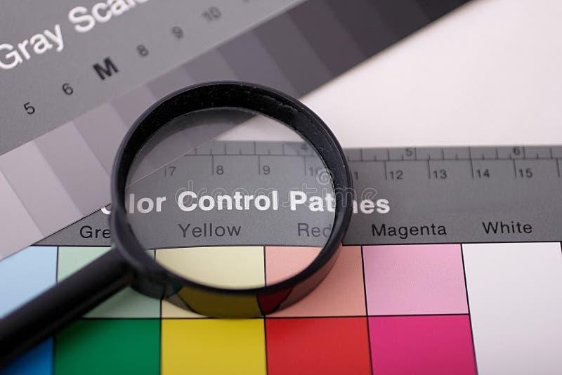 Magnifier op kleurengrafiek stock foto's