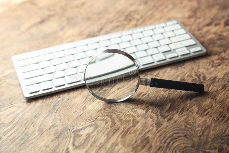 Magnifier z komputerow? klawiatur? Gmeranie internet obraz stock