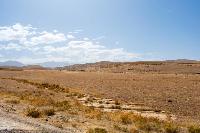 Magnifique paysage naturel dans les hautes montagnes des atlas au Maroc Terrain herbeux jaune et marron contre collines photos libres de droits