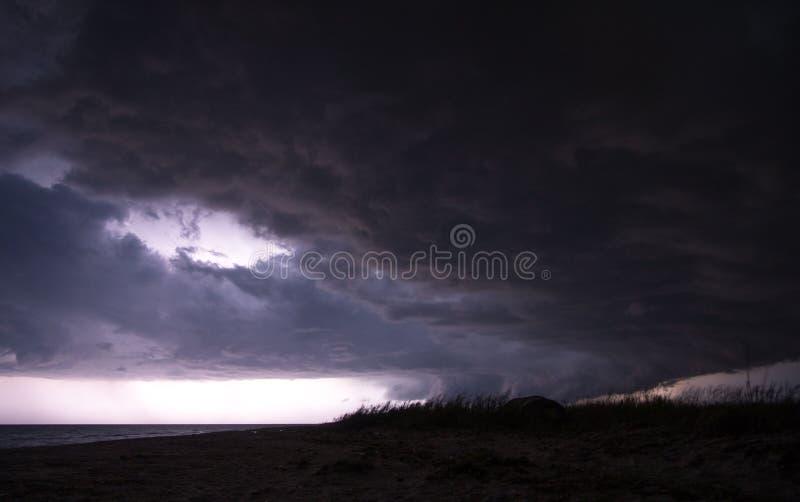 Magnifique photo des nuages de tempête passant par la plage d'Azov photo libre de droits