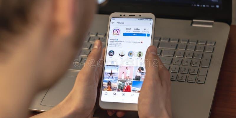 Magnitogorsk, Ρωσία - 14 Μαρτίου 2019: Ένας νεαρός άνδρας κρατά ένα smartphone με μια ανοικτή εφαρμογή instagram και στοκ εικόνα με δικαίωμα ελεύθερης χρήσης