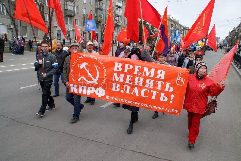 """Magnitogorsk, Rosja, - Maj, 1, 2019 """"It czas zmieniać władzę! † Jest inskrypcją na plakacie komuniści obraz stock"""
