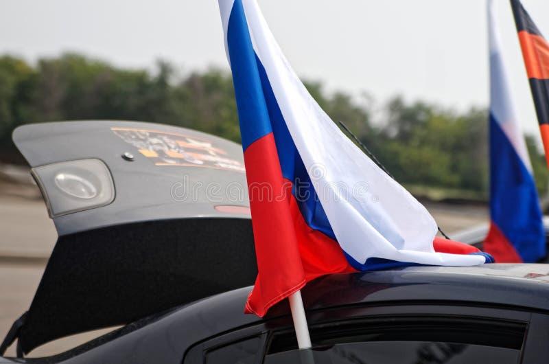 Magnitogorsk, Rusia, - agosto, 22, 2014 Vehículo de pasajeros con las banderas del ruso y de San Jorge en las calles de la ciudad fotos de archivo libres de regalías