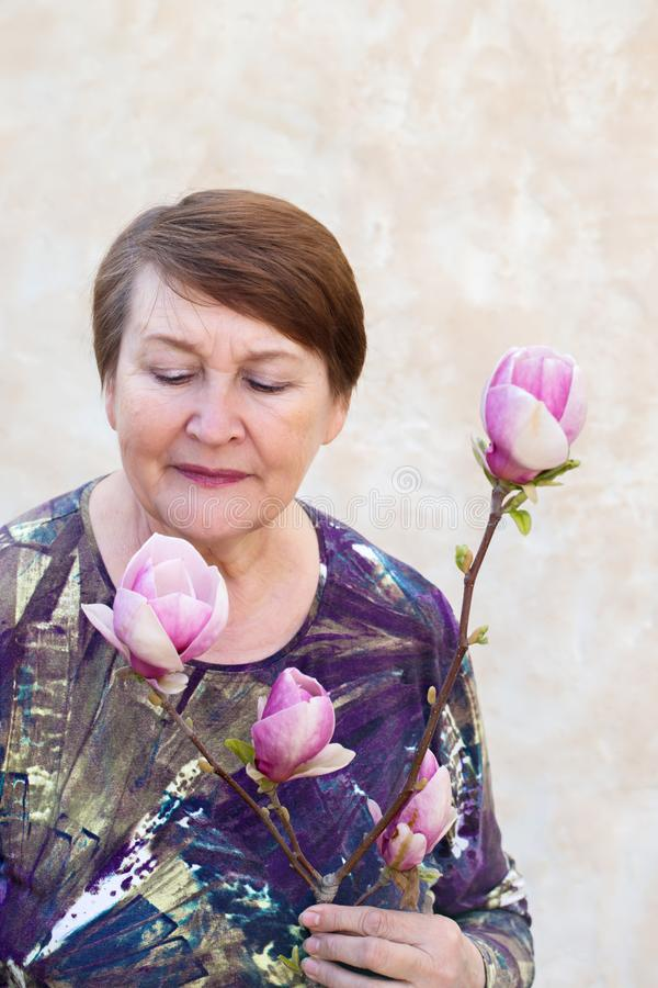 Magnolia el oler de la mujer imagen de archivo libre de regalías