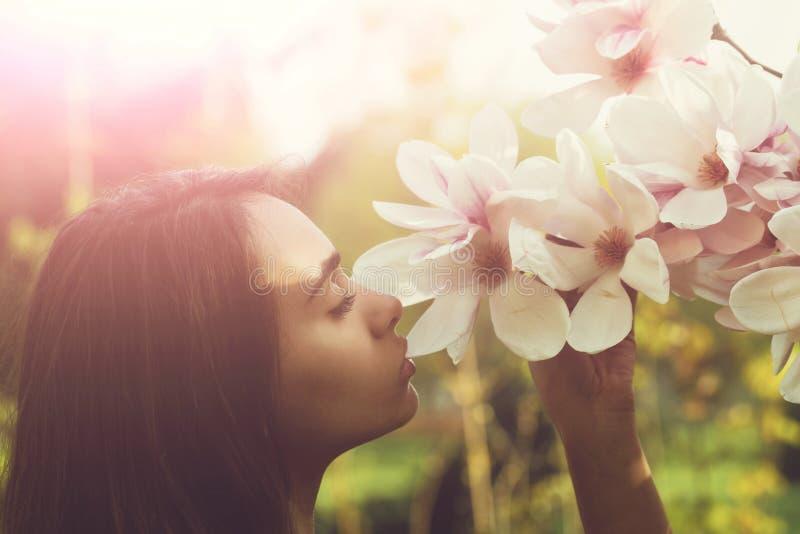 Magnoliablommor och kvinna eller nätt flicka V?r arkivbild