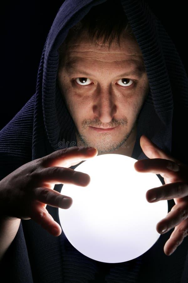 Mago con la bola mágica fotografía de archivo