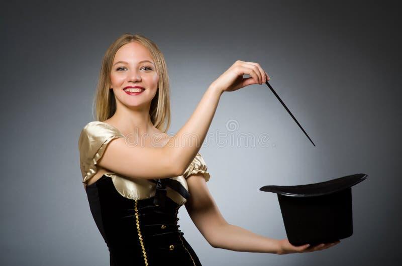 Mago de la mujer con la vara mágica imagenes de archivo
