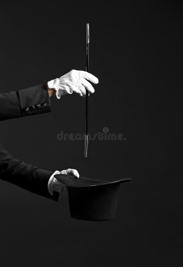 Mago de sexo masculino que muestra trucos en fondo oscuro fotografía de archivo libre de regalías