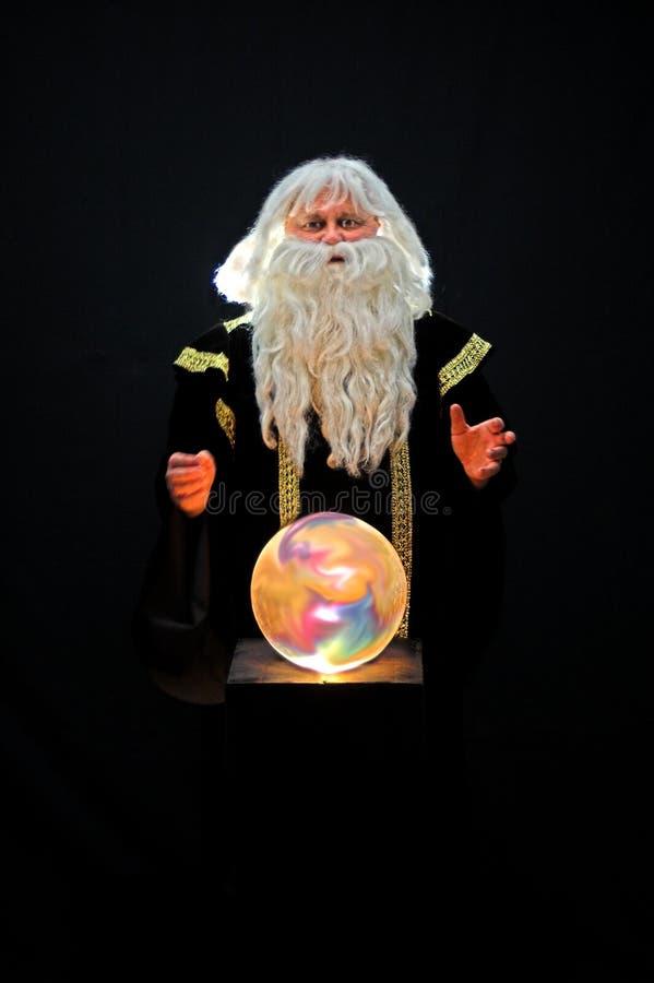 Mago e sfera di cristallo immagini stock