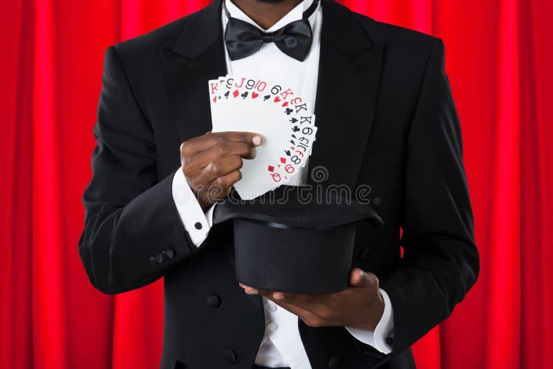 Mago With Playing Cards y sombrero imagenes de archivo