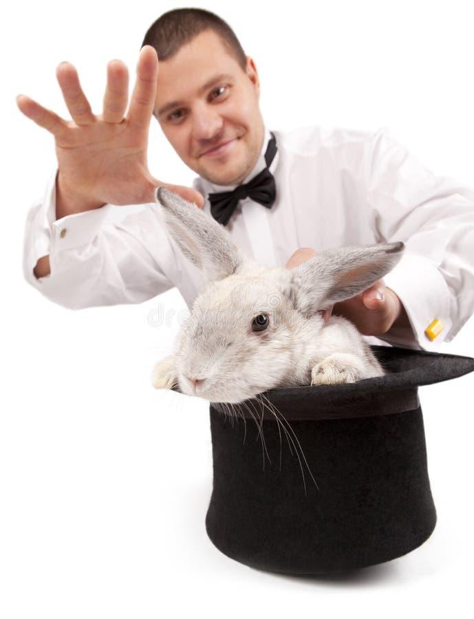 Mago que conjura con un conejo foto de archivo libre de regalías