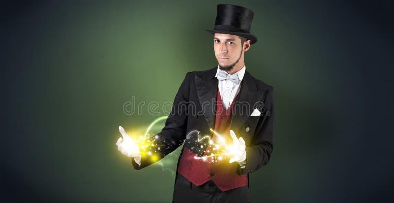 Mago que lleva a cabo su poder en su mano imagen de archivo libre de regalías