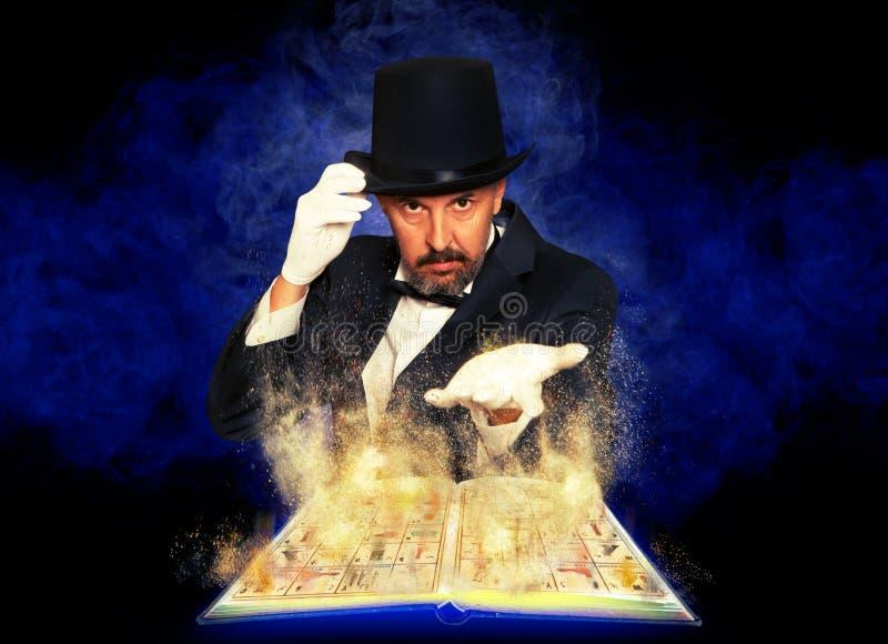 Mago y libro de la magia fotografía de archivo libre de regalías