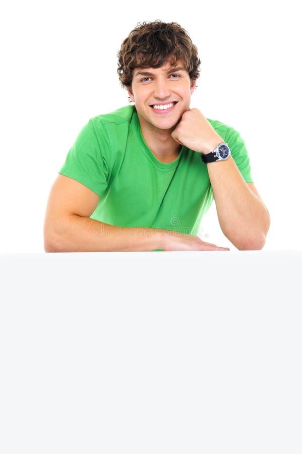 Magra sorridente bella dell'uomo sul tabellone per le affissioni bianco immagini stock
