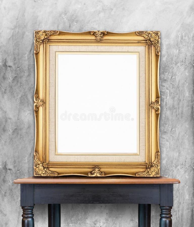 Magro de oro del marco de la foto del vintage en blanco en wal concreto del color gris foto de archivo libre de regalías