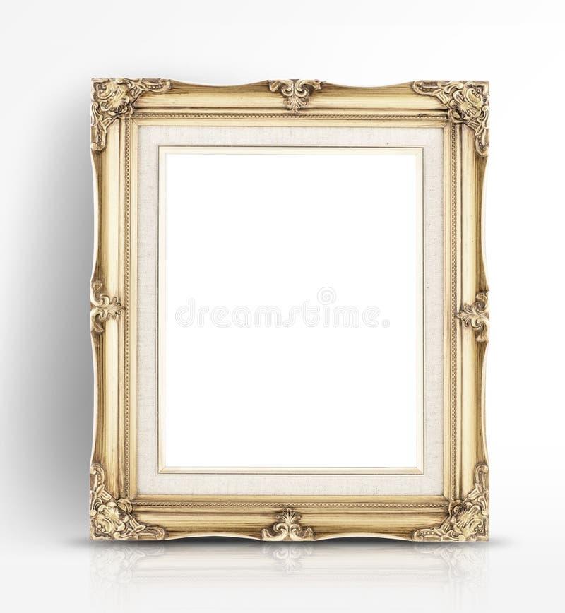 Magro de oro en blanco del marco de la foto del vintage en la pared en el st brillante del blanco imágenes de archivo libres de regalías