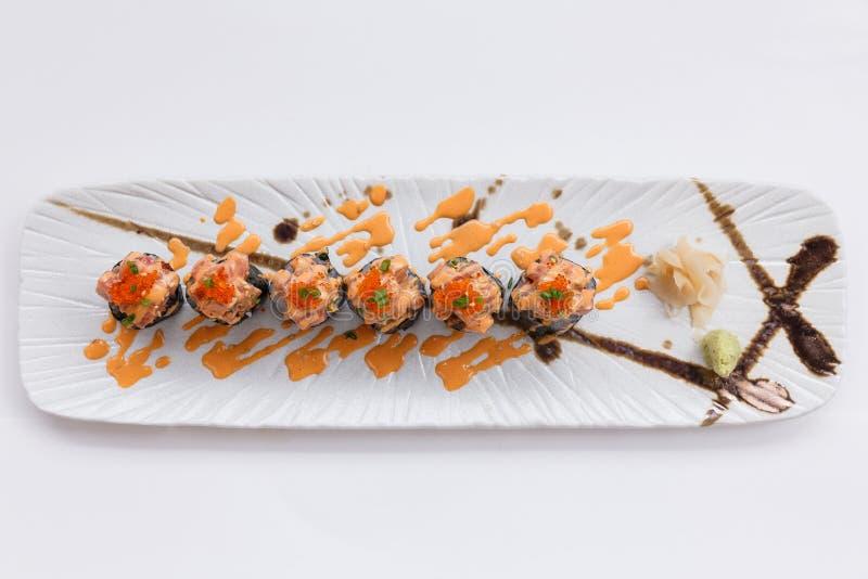 Maguro Maki Sushi Topping med Maguro Bluefintonfisk med det sås- och Ebiko räkaägget som tjänas som med Wasabi och den stack inge royaltyfri foto