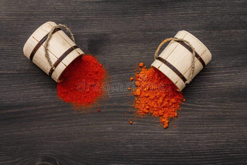 Magyar ungherese, polvere di paprica dolce rosso brillante e calda Condimenti tradizionali per la cottura di alimenti nazionali G immagine stock