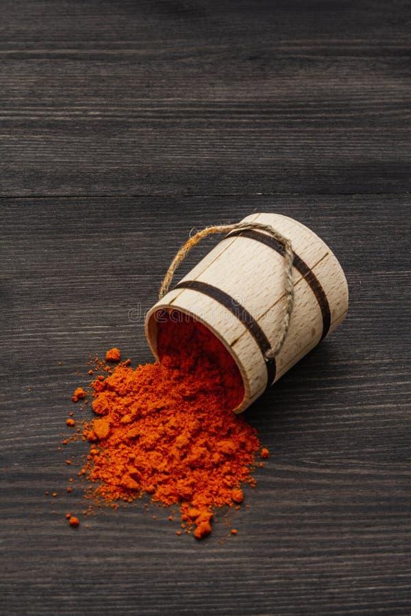 Magyar Ungheria: polvere di paprica rossa brillante Condimenti tradizionali per la cottura di alimenti nazionali Ceppo di legno,  immagini stock libere da diritti
