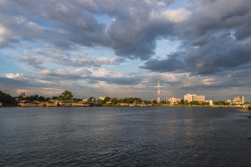 Maha Chesadabodinnusorn Bridge royaltyfri fotografi