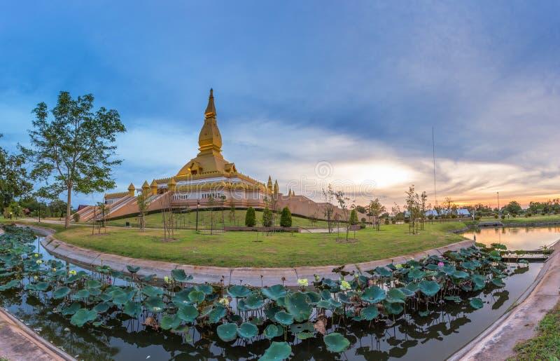 Maha Mongkol Bua Pagoda célèbre dans le ROI-ed Thaïlande au coucher du soleil image libre de droits