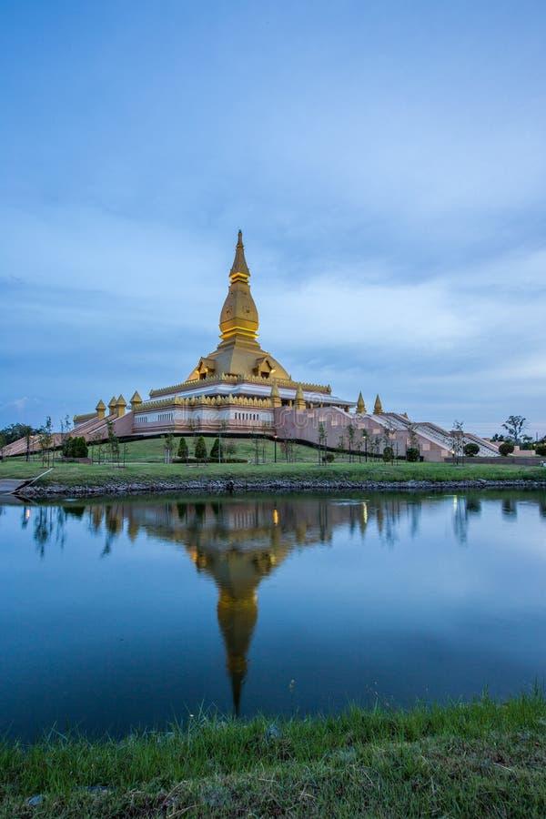 Maha Mongkol Bua Pagoda célèbre dans le ROI-ed Thaïlande au coucher du soleil photographie stock