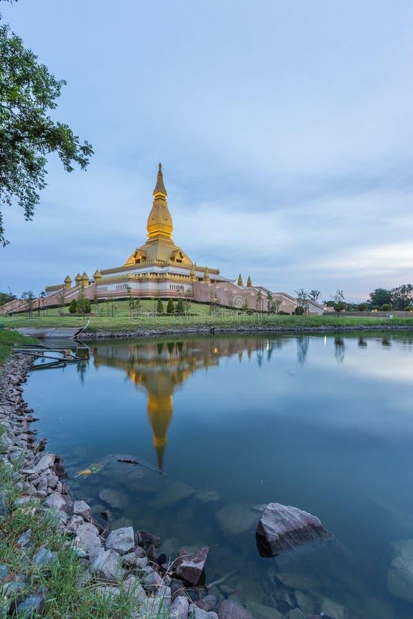 Maha Mongkol Bua Pagoda célèbre dans le ROI-ed Thaïlande au coucher du soleil images libres de droits
