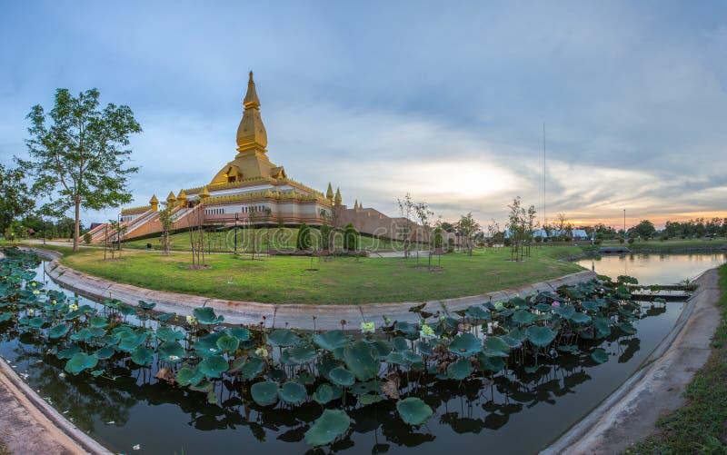 Maha Mongkol Bua Pagoda célèbre dans le ROI-ed Thaïlande au coucher du soleil photos libres de droits