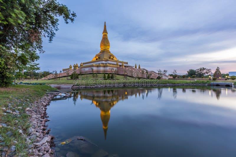Maha Mongkol Bua Pagoda dans le ROI-ed Thaïlande au coucher du soleil image libre de droits