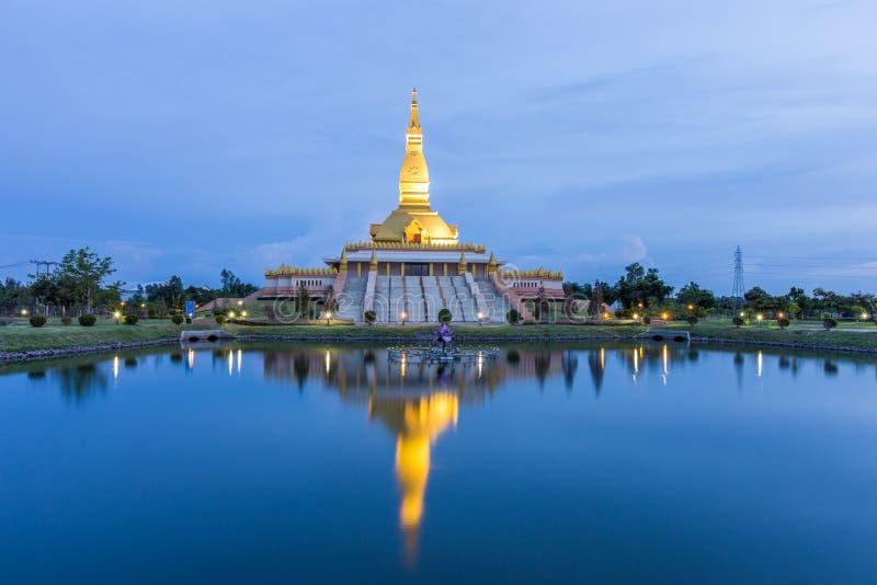 Maha Mongkol Bua Pagoda dans le ROI-ed Thaïlande au coucher du soleil photographie stock libre de droits