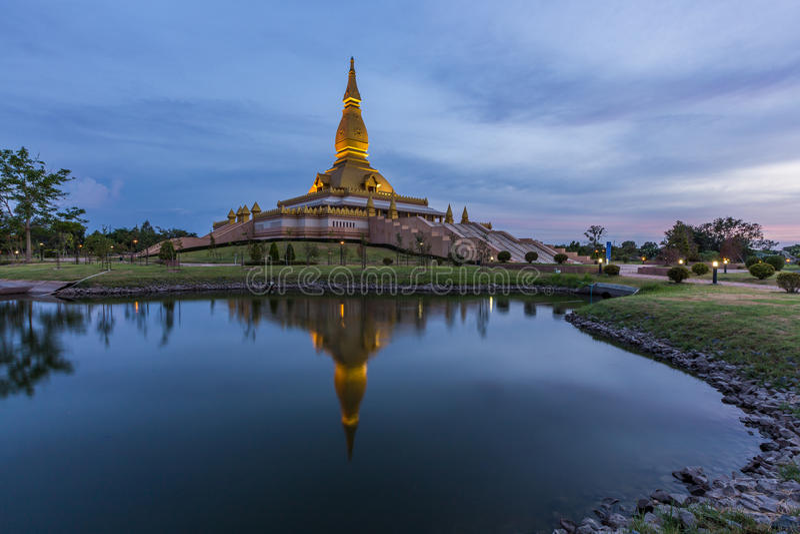 Maha Mongkol Bua Pagoda dans le ROI-ed Thaïlande au coucher du soleil photos stock