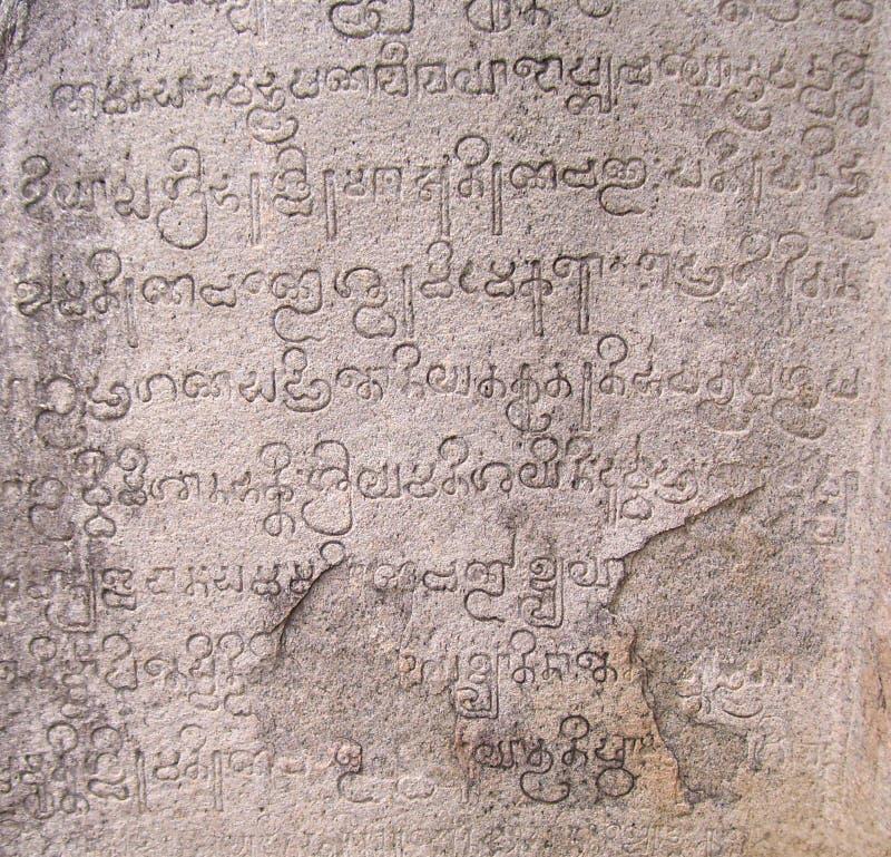 Mahabalipuram, tamil nadu India, Czerwiec, - 14, 2009 Antyczne inskrypcje w Tamilskim języku na ścianach zdjęcia royalty free