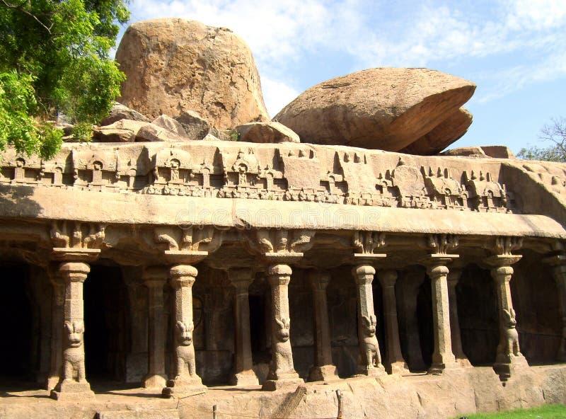 Mahabalipuram, Tamil Nadu, India - Juni 14, Oude het holtempel van 2009 bij de Penitentie van Arjuna ` s stock afbeelding
