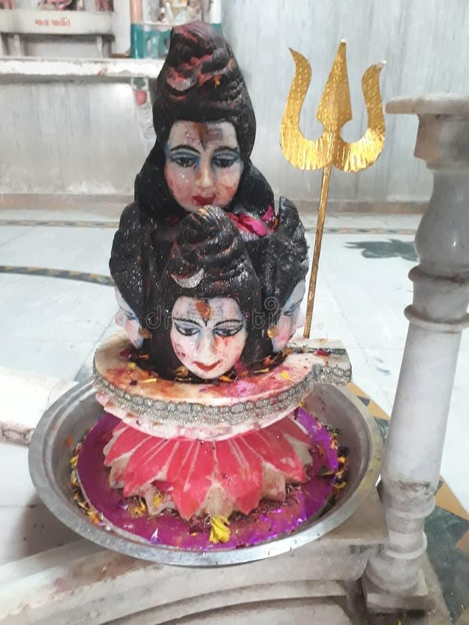 Mahadev med Maa Parvati Till välsignat deras söner och duschaförälskelse royaltyfri bild