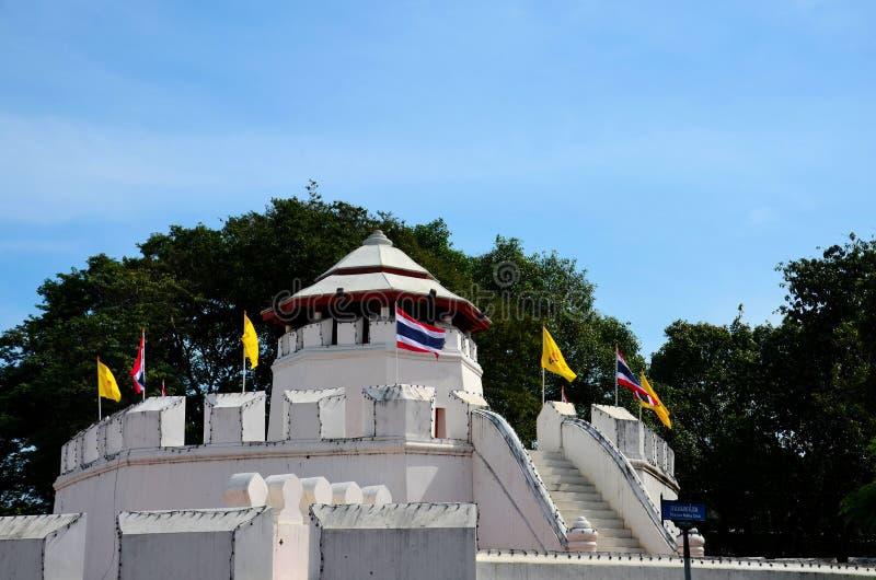 Mahakan fortväggar och thailändsk flagga nära Saen Saepcanal Bangkok Thailand royaltyfri foto