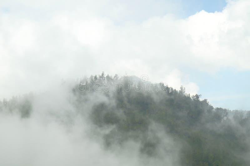 Mahameru atrás das nuvens foto de stock royalty free
